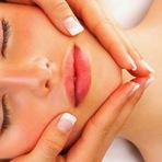 Mulher - Massagem facial e seus benefícios.