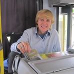 Utilidade Pública - Para ajudar passageiros, cobradora anuncia paradas de linha de ônibus em SP