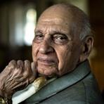 Guru sexual de 90 anos faz sucesso com respostas curtas e diretas