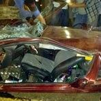 Mulher sai ilesa após carro ser achatado por carreta de 30 tonelada.