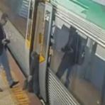 (Vídeo) Passageiros empurram trem para soltar homem preso!