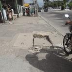 Blogueiro Repórter - Tampa de Boca-de-lobo danificada e moto na calçada