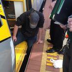 Homem preso entre um vagão de trem e a plataforma