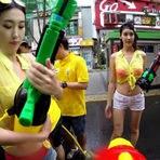 """Vídeos - A cidade foi fechada para realizar uma espetacular """"guerra"""" com pistolas de água"""