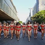Celebridades - De biquíni, candidatas ao Miss Bumbum pedem votos nas ruas de SP