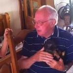 Animais - A reação emocionante de um senhor ao receber um cachorrinho de presente