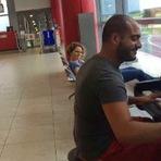 Música - Espetacular pianista entreteve os passageiros do aeroporto com seu talento