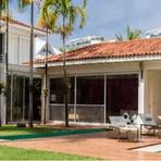 Ronaldinho Gaucho colocou sua mansão à venda (por R$ 15 milhões).