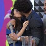 """Jesus Luz tasca beijo na boca de Tatá Werneck na gravação da 2ª temporada do """"Tudo Pela Audiência"""""""