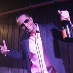 """Latino vira rei do camarote no vídeo clipe da música """"Ficha Rosa"""""""
