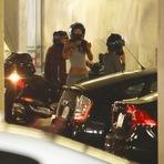 Celebridades - Justin Bieber pilota moto acompanhado de garotas