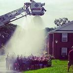 Desafio do balde de gelo dá errado e bombeiros são eletrocutados