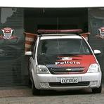 Blogueiro Repórter - Com porta quebrada, delegacia usa carro da polícia para bloquear entrada