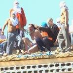 IMAGENS REAIS, VEJA: Integrantes do PCC cortam a cabeça de dois homens e usam para torturar agente