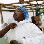 Mesmo após 15 colegas morrerem de Ebola, enfermeira segue trabalho em Serra Leoa