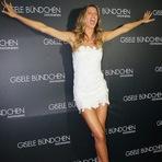 De vestido curto, Gisele Bündchen lança coleção lingerie em São Paulo