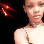 Rihanna mostra que é doida posa com vulcão em erupção