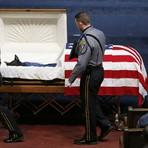 Cachorro da polícia dos EUA que morreu em serviço é enterrado com honras militares nos EUA