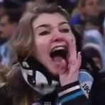 Vídeo do momento exato em que torcedora do grêmio chama goleiro de macaco