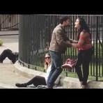 Isso é o que acontece quando as pessoas veem uma mulher maltratando um homem em público