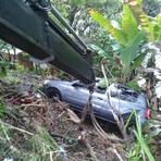 Mulher - Carro despenca de barranco em Itajai