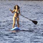 Rihanna em Bikini enquanto faz Paddleboarding na Itália