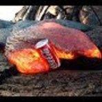 Vídeo - Latas de Coca-Cola derretendo na lava de um vulcão; veja