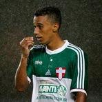 Lateral do Palmeiras revela orar para evitar rebaixamento do time.