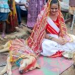 Jovem indiana 'possuída por mau espírito' é obrigada a casar-se com cachorro