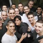 Estudantes raspam cabelo para apoiar professora no Rio