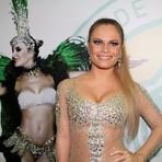 Ex-BBB Natalia e seu look com 15 mil cristais brilham na coroação de Claudia Leitte