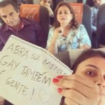 Mulher tira foto irônica com Silas Malafaia e vira sucesso nas redes sociais