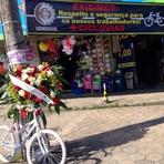 Pintura - Homenagem é colocada no local onde ciclista morreu atropelado por ônibus em Itajaí