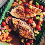 Peixe assado com tomate, feijão e azeitonas
