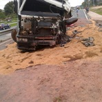 Acidente em Jacupiranga entre um carro e um caminhão deixa feridos