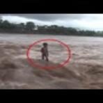 Vídeo - Criança sendo levada pela correnteza; CHOCANTE!!!
