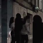 Maluco quebra pescoço de jovem que está passando pela rua (cenas fortes)