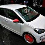 Um up no VW up!: rodas e retrovisores vermelhos, rebaixado!