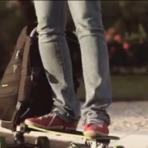 Produtos - Brasileiros criam mochila que se transforma em skate elétrico