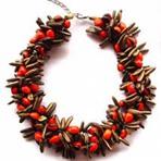 Mulher - Transformando sementes secas em bijuterias