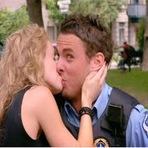 Humor - Policial pede beijo na boca a desconhecidos para cancelar multa! Vejam a reação das pessoas...