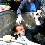 Ministro é jogado dentro da lixeira por manifestantes revoltados