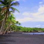 Curiosidades - Conheça a praia onde a areia é totalmente preta