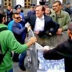 Político é jogado no lixo pela população na Ucrânia