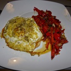 Culinária - Ovo com queijo e azeitonas no pão com pimentão vermelho!