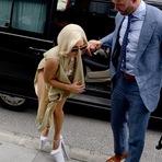 Celebridades - Lady Gaga se desequilibra e quase encontra algo abaixo dos seus pés