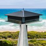Casa de praia na Austrália fica suspensa no ar