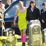 Este homem usou um vestido horrível num funeral. Você precisa saber o motivo...
