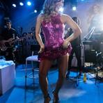 Claudia Leitte se descuida em show e deixa calcinha modeladora à mostra