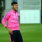 Neymar e Rakitic treinam com o grupo